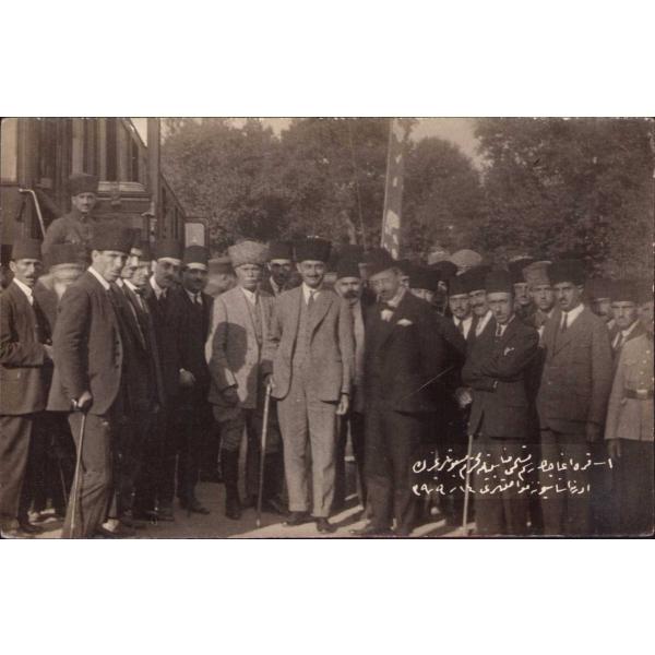 Osmanlıca yazılı, Karaağaç'ın teslim töreni münasebetiyle Edirne İstasyonu'na ulaşan mebusların hatıra fotoğrafı